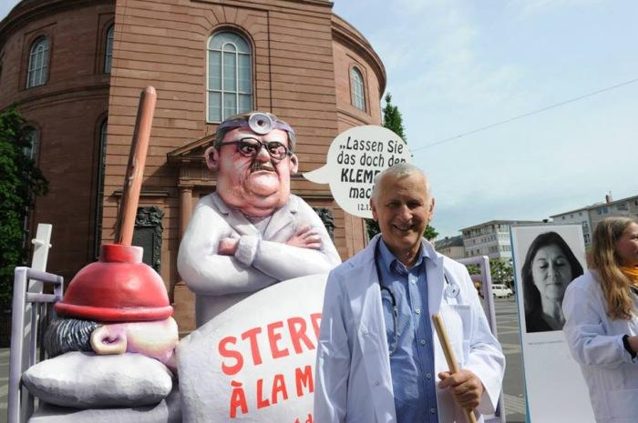 """Uwe-Christian Arnold 2015 bei der Aktion """"Lassen Sie das doch den Klempner machen!"""" vor der Frankfurter Paulskirche"""