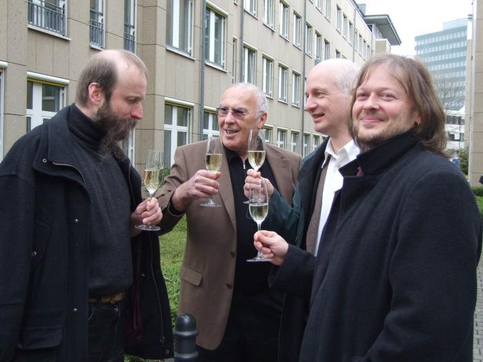 Gunnar Schedel (Alibri Verlag), Herbert Steffen (Gründer der Giordano-Bruno-Stiftung), Helge Nyncke (Illustrator) und Michael Schmidt-Salomon (Autor) feiern 2008 die erfolgreiche Rettung des kleinen Ferkels.